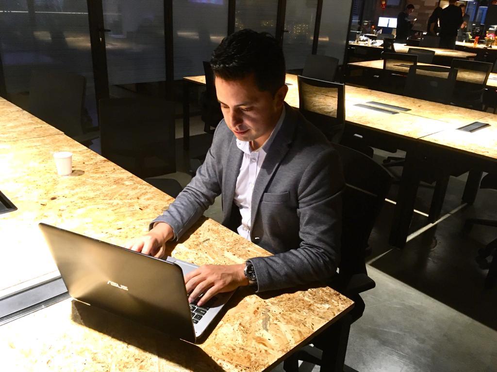 hombre trabajando computador seif techboss